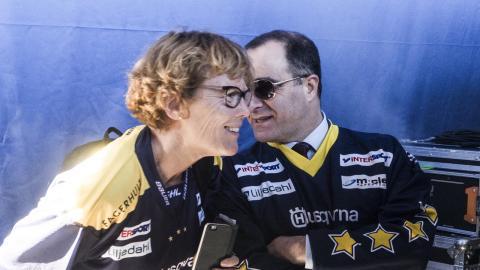 Carin Berggren och Ilan De Basso samtalar under HV71:s guldfirande i våras. Dagen efter lämnade Carin Berggren kommunalrådsposten och senare också Moderaterna för att bilda Demokraterna.  Bild: Daniel Johansson