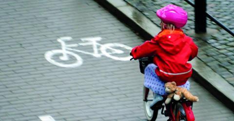 """""""Kära föräldrar, låt era barn cykla till skolan om det är möjligt!"""", uppmanar debattörerna. Bild: Hasse Holmberg/TT"""