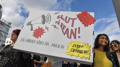 Förra året demonstrerade vårdpersonal för bättre vård och arbetsmiljö, men eftersom förhållandena inom vården inte har förbättrats fortsätter demonstrationerna. Bild: Janerik Henriksson/TT
