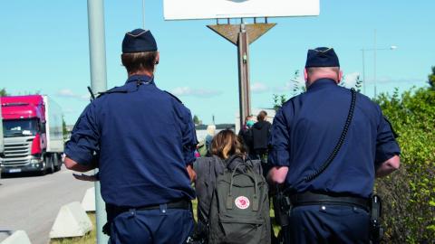 Polisen förflyttar en av aktivisterna som är på plats under slakteriprotesten i Linköping.  Bild: Tomma Burarcmyk