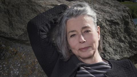 """Åsa Moberg dyker ner i sin egen historia och samtidens i sin självbiografiska bok """"Livet"""". På onsdag berättar hon om boken på Norrköpings stadsbibliotek.  Bild: Elisabeth Ohlson Wallin"""