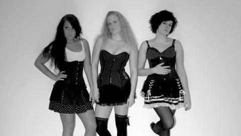 Hårdrocksbandet Fourever från Blekinge kommer till Live at Heart och spelar i kväll fredag. Bilden är från 2009, tagen då kvällens tre medlemmar Mia Moilanen, Nina Moilanen och Lisa Lidehäll senast spelade ihop. Bild: Johan Höög
