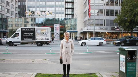 """Madeleine Hjort står på Götgatan framför Skrapan, som tidigare huserade Skatteverket och numera består av ett shoppingcenter och studentbostäder. """"I det offentliga rummet ska vi både kunna mötas, ha rörelsefrihet och bedriva handel."""" Bild: Clara Lee Lundberg"""