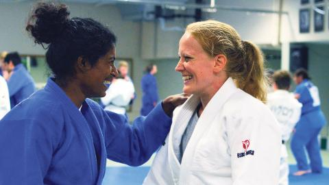 Linda Petersson tillsammans med Ida Lindgren (blå dräkt). De blå dräkterna används sedan 90-talet i tävlingssammanhang. Foto: Daniel Blomqvist