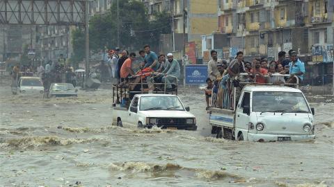 40 miljoner människor är direkt drabbade av översvämningarna i Asien.  Bild: TT/AP