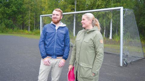 Andreas Hammarbäck och Jessica Gerdebrand på den grusplan där de hoppas att det snart ska finnas konstgräs.  Bild: Rolf Larsson