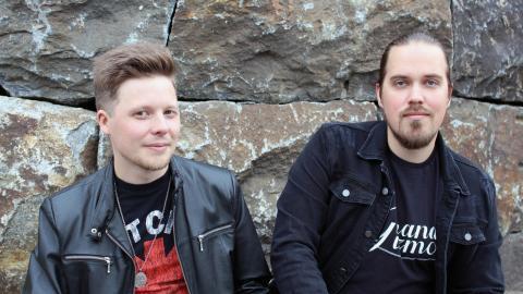 Oscar Sedholm och Aron Lindström har liksom övriga bandmedlemmarna helt olika musikalisk bakgrund. Men det blir till en styrka i det nuvarande projektet Grand Gizmo.  Bild: Liselott Holm