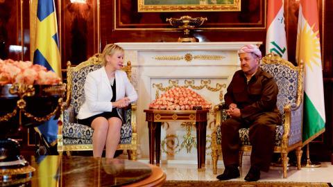 Sveriges utrikesminister Margot Wallström träffade tillsammans med försvarsminister Peter Hultqvist KRG-presidenten Massoud Barzani i Irak i november 2015. Under resan besöktes också den svenska delen av den militära multinationella insatsen i norra Irak. Bild: Bram Janssen/AP