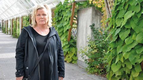 Efter 30 år som frisör har Malin Hallin drabbats av reumatism, handeksem och kontaktallergi. Hon klarar inte av att arbeta heltid men Försäkringskassan nekar henne möjligheten att vara sjukskriven på 25 procent.  Bild: Mirja Mattsson