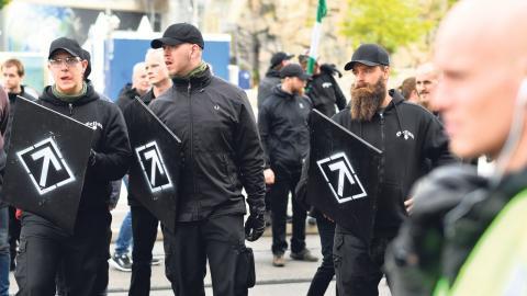 Nordiska motståndsrörelsens symboler, flaggor och uniformer sänder ett budskap om en nationalsocialistisk ideologi – det är vad polisen borde fokusera på enligt Robert Hårdh på Civil Rights Defenders. Foto: Björn Larsson Rosvall /TT