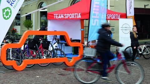 Tanken med cykelställningen är att visa hur många cyklar du får plats med där. I stället för en bil ryms där tio cyklar.  Bild: Press