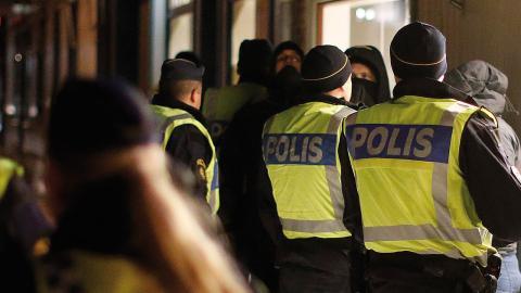 Polisen omhändertar motdemonstranter när Svenskarnas parti arrangerade en manifestation i Lidköping 2013. Foto: Adam Ihse / TT