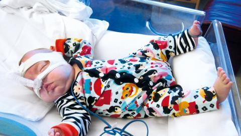 Familjen Nyholm från Lanna fick ligga på neonatalen på USÖ i flera månader då dottern Elin föddes i vecka 22. Med en födelsevikt på 477 gram var Elin extremt liten och behövde prematurkläder länge.  Bild: Therese Nyholm