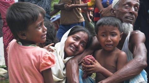 En grupp rohingyas gråter när gränsvakter tvingar dem att lämna Bangladesh. Bild: Mushfiqul Alam