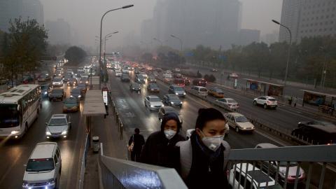 Kina är världens smutsigaste land när det gäller luftföroreningar, och många bär masker för att skydda sig.  Bild: Ng Han Guan/AP