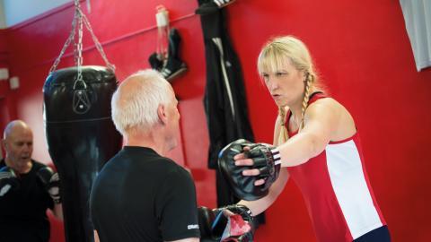 Åsa Sandell instruerar Per-Johan Lindberg, 62 år. Det gäller att hålla armarna tätt vid kroppen. Bild: Pia Gyllin