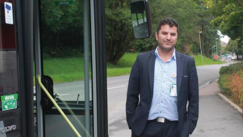 Chauffören Serkan Aktar tycker att det är bra att Göteborg satsar på elbussar. Just den här bussen är en hybrid som också körs på diesel. Bild: Stina Berglund
