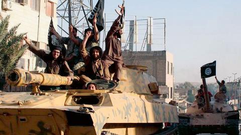 I takt med motgångarna på slagfältet har rekryteringen till IS minskat, och Syrienresor lockar nu få svenska våldsbejakande extremister.  Foto: AP / TT