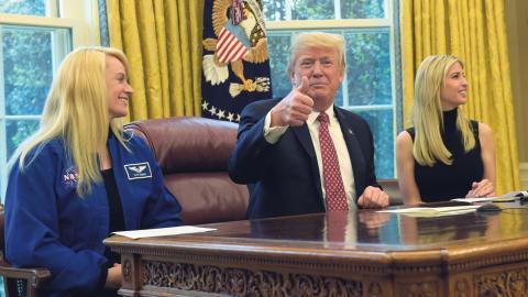 USA:s president Donald Trump tillsammans med astronauten Kate Rubins. Trump vill att Nasa fokuserar på att utforska rymden – inte på att forska om klimat. Bild: Susan Walsh/AP