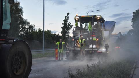 Den bullerdämpande asfalten som ska användas innehåller en slaggprodukt ifrån stålindustrin och den innehåller mindre stenar är vanlig asfaltbeläggning.  Bild: Mirja Mattsson