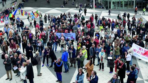 Föreningen Nej till Nato arrangerar en manifestation på Sergels torg i Stockholm mot försvarsmaktsövningen Aurora.  Bild: Janerik Henriksson/TT