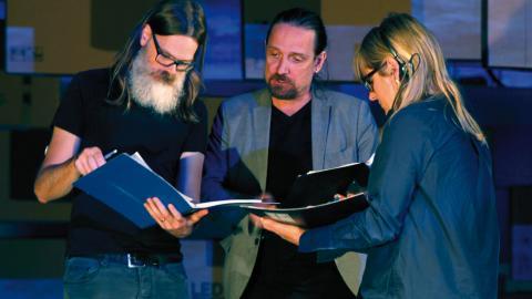 Regissören Pontus Stenshäll i samtal med scentekniker. Foto: Christian Egefur
