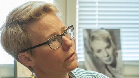 Symboliskt tittar filmregissören Mai Zetterling fram bakom Mariah Larsson, som disputerat just på Zetterling och det svenska 60-talet.