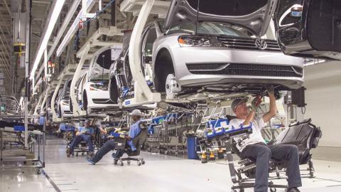 Volkswagens vd Matthias Müller fick i förra veckan ett brev från 28 EU-länders konsumentskyddsmyndigheter. Brevet innehöll krav på att de bilar som har påverkats av dieselskandalen ska åtgärdas så snart som möjligt.  Bild: Erik Schelzig/AP och Michael Sohn