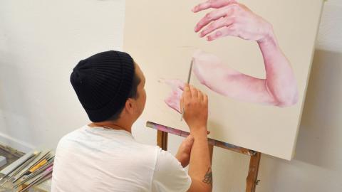 """""""Människor vill se processen fram till det färdiga konstverket. Att det inte är så lätt och att det sker misslyckanden längs vägen"""", säger Alexander Creutz som är en av konstnärerna i Bunkern. Bild: Mirja Mattsson"""