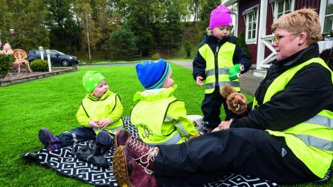 """""""Det är underbart att se hur barnen utvecklas. Hur mycket de lär sig bara av att leka fram det"""", säger Petra Karlsson som har varit dagbarnvårdare sedan 2011.  Bild: Daniel Johansson"""