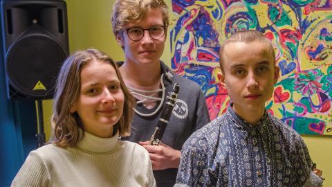 Eva Michold, Ville Hulling och Joel Westman bildar folkmusiktrion Bottnarna som spelar i Sundsvall i helgen.