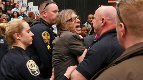 Tidningen Times fotograf Christopher Morris förs bort av polis under amerikanska valrörelsen i februari 2016. Bild: Steve Helber/AP/TT