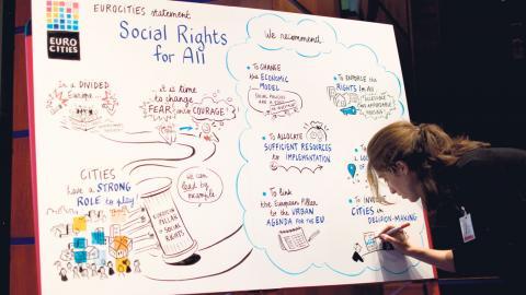 Den franska konstnären Aline illustrerade talet med en målning som gjordes medan talen och diskussionerna hölls. Foto: Lucas De Vivo