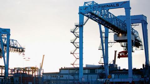 APMT menar att det råder arbetsbrist i hamnen, men får kritik av Hamn4an.  Foto: Lucas De Vivo