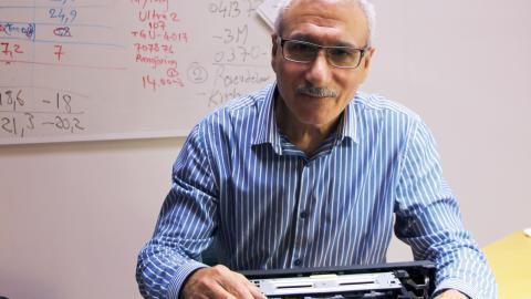 Noori Saber på Electronicsmix var en av aktörerna på Material day den 13 oktober. Han har skapat sin prototyp Tv 2 Lamp, där tv-skärmar blir taklampor i stället för att kasseras.  Bild: Linnéa Gudmundson