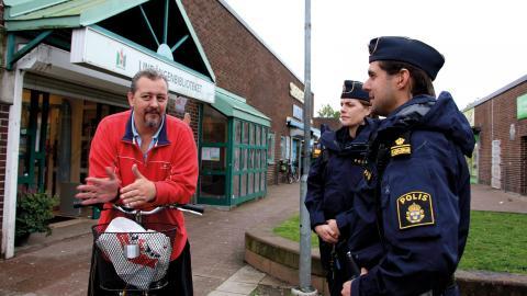 """Alla som går förbi hälsar, vill skaka hand eller bara prata lite. Till vänster står Patric Larsson. """"Det är skönt att se poliser här på Lindängen för det har ju kommit så mycket problem i och med invandringen. De får ju inga bostäder så då begår de brott. Bild: Linnea Gudmundson"""