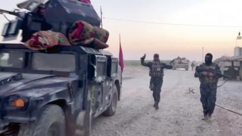 Irakiska trupper rycker fram mot Kirkuk.  Bild: TT/APTN/AP