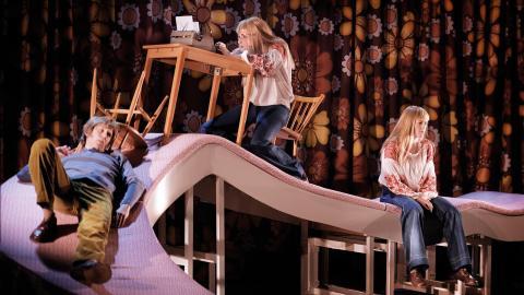I dramatiseringen av boken Maken spelas karaktären Martina av två personer, Miriam Forsberg och Isabel Reboia. En av dem interagerar med Gustav, spelad av Jesper Feldt, och den andra representerar Martinas tankar.  Bild: José Figueroa