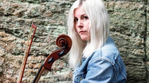 Linnea Olsson är både sångare och cellist. Men för henne var Barbro Hörberg en ny bekantskap.   Bild: Tammy Karlsson