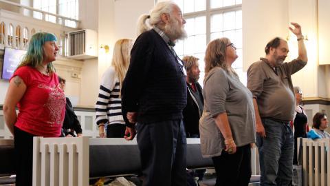 Musikprojektet startades i våras efter att personer som bodde på kommunens boenden visat intresse för den här typen av aktivitet. Dan Ådahl, som tidigare jobbat som musiklärare, utsågs till kapellmästare.  Foto: Sanna Arbman Hansing