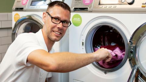 Magnus Röman är projektledare på Malmös kommunala bostadsbolag MKB som låtit hyregästerna i ett hus testa att tvätta utan tvättmedel och varmvatten i ett år.  bild MKB