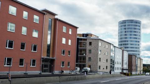 Nybyggda Munksjöstaden i Jönköping har fått kritik för att det är så tätbebyggt. Politiker på båda sidor om blocken är ändå överens om att området är lyckat och att den täta bebyggelsen krävs för att maximera antalet nya bostäder i Jönköping. Bild: Daniel Johansson