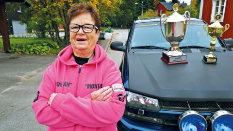 Marika Forsell med sina segerpokaler. Men intresset för bilar är inte nytt – redan på 1960-talet körde hon orienteringsrally.   Bild: Anders Boström.