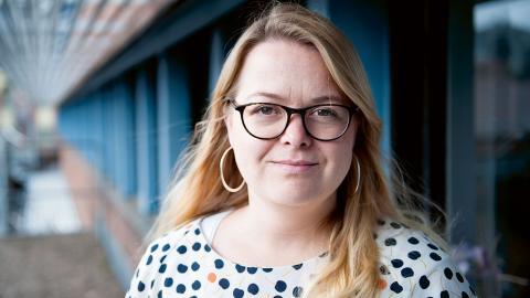Akademikerförbundet SSR:s huvudskyddsombud Pia Björking Petersson hoppas och tror att alla gör vad de kan för att förbättra socialsekreterarnas arbetsmiljö, men är rädd att den senaste tidens nedskärningar snarare ökar arbetsbördan. Foto: Martin Spaak