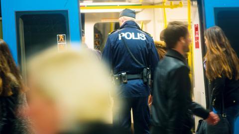 """Från årsskiftet fördubblas antalet biljettkontroller ombord på SL:s tunnelbana. """"Vi kommer att fortsätta våra insatser tillsammans med gränspolisen och kontrollanterna"""", berättar Martin Lazar på Botkyrkapolisen. Bild: Fredrik Sandberg/TT"""