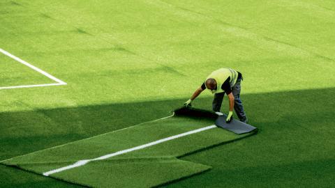 Uppskattningvis rör det sig om 1600 till 2400 ton gummigranulat, som försvinner från fotbollsplanerna varje år. Bild: Vegard Wivestad Grøtt / NTB scanpix / TT