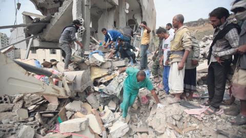 I mars 2015 inledde en Saudiledd koalition kraftiga bombningar i Jemen. Hundratals flygattacker mot sjukhus och skolor har rapporterats in av internationella hjälporganisationer och Amnesty.  Bild: Hani Mohammed/aAP