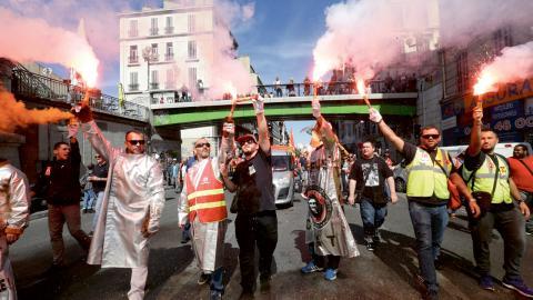 Stålarbetare från ArcelorMittal i Fossur-Mer under de landsomfattande protesterna mot den nya arbetslagen. Det var i mitten av september de stora protesterna genomfördes, under ledning av CGT. Bild: Claude Paris/AP/TT
