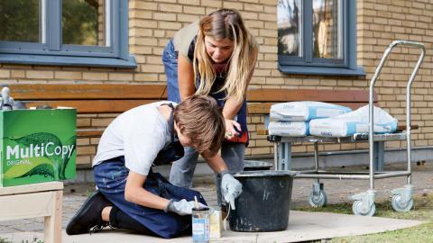 Den första delen på höstterminen lär sig eleverna att gjuta i betong. Läraren Jennie Haraldsson och Noah diskuterar vilken som är den ultimata konsistensen på betong.  Foto: Sanna Arbman Hansing