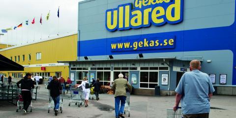 """""""Det är anmärkningsvärt att de ledande socialdemokraterna i kommunen bjuder in till en """"Shoppingresa till Ullared"""" och att ni även i samma inbjuden berättar att ni  'bygger Hällefors framtid'"""", skriver debattören i ett öppet brev till Socialdemokraterna. Bild: Bertil Ericson/TT"""